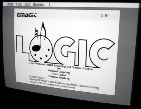 В версии 1.7 Logic audio научился записывать аудио и при этом дальше расширять возможности работы с MIDI. Тогда запись производилась не на сам компьютер, а на специальное устройство или звуковую плату вставленную в слот расширения из-за недостаточной мощности существующих компьютеров. Только с 4й версии Logic позволял записывать аудио прямо на компьютер.
